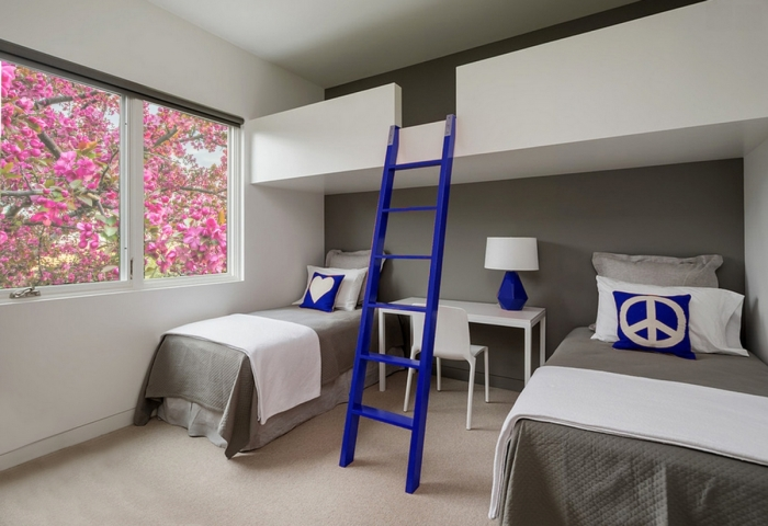 Атмосферная спальная комната с отличной двухъярусной кроватью.