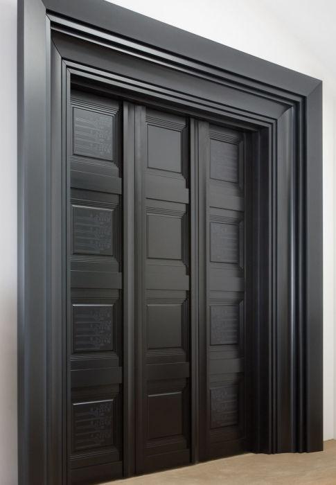 Большая цельная дверь с черным каркасом, станет изюминкой любого помещения.