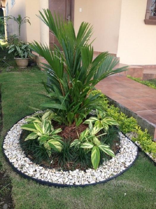 Для оформления сада следует использовать натуральный камень, который не нуждается в особом уходе.