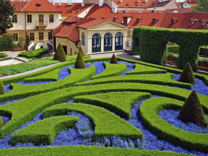 Разнообразие форм и цвета кустарников может создать сказочную композицию.