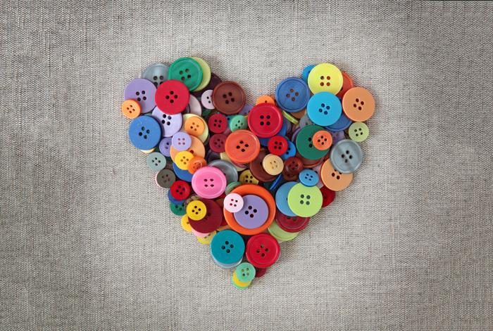 Сердечко из простых разноцветных пуговиц станет отличным решением для выражения своих чувств.
