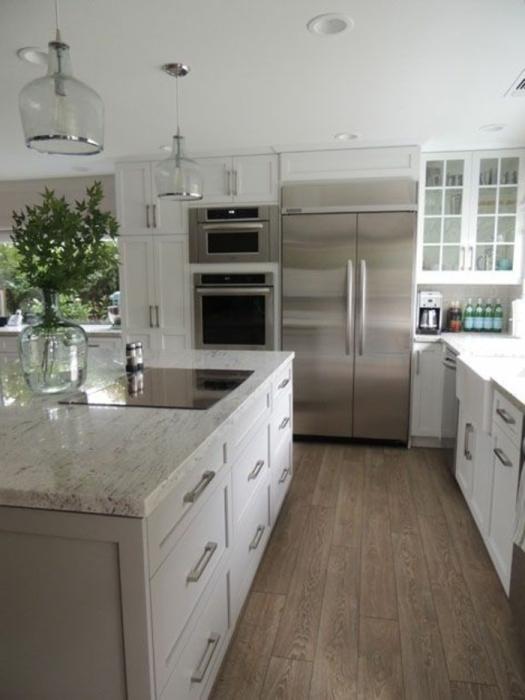 Просторная кухня, оформленная в тотальных светлых оттенках.