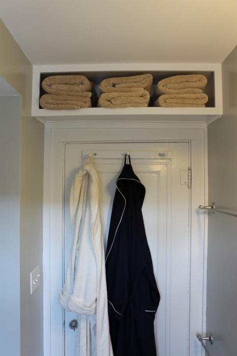 Полка над дверью - стандартное решение, которое позволит оптимизировать пространство в малогабаритной квартире.