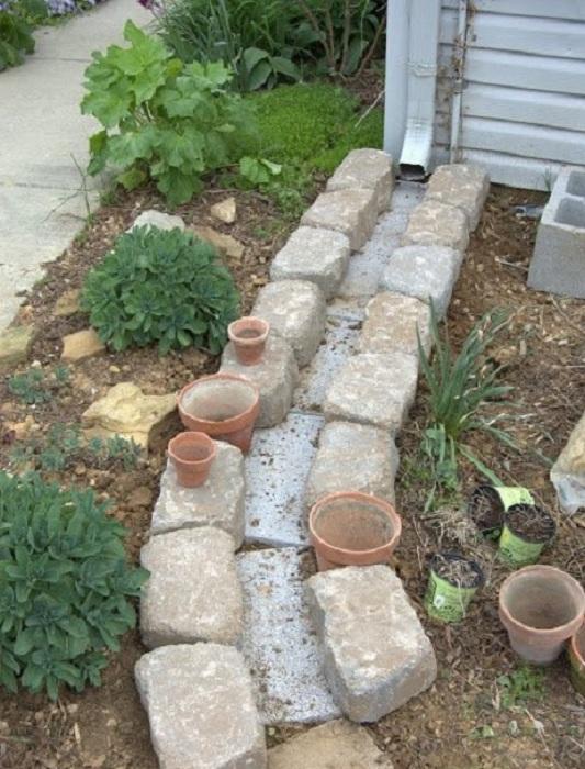 Обычный слив для воды можно выложить старыми кирпичами и шлакоблоками.