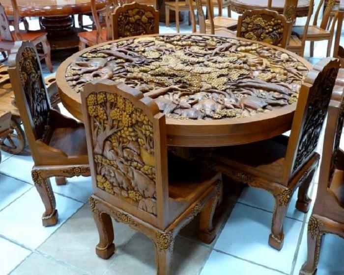 Многие предпочитают резную мебель из дерева из-за ее престижности и соответствия практически любому общему стилю жилища.