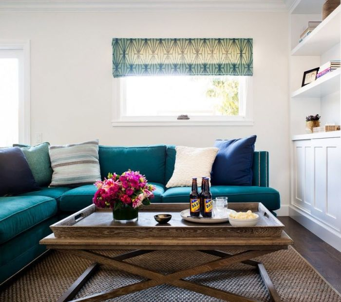Современный журнальный столик все чаще используется как подставка для украшений или цветов.