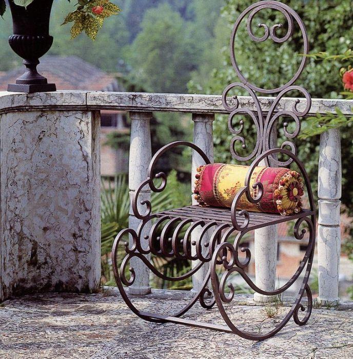 Кованое кресло-качалка - оригинальный способ создать атмосферу уюта и спокойствия в любом интерьере.