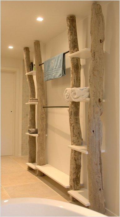 Открытый стационарный приставной стеллаж из натурального необработанного дерева в интерьере ванной комнаты.