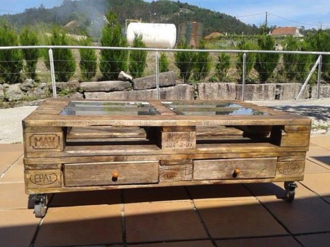 Оригинальный, но очень простой журнальный деревянный столик из старого поддона.