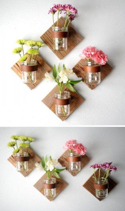 Из обычной стеклянной банки можно создать необычную настенную вазу, которая привлечет внимание гостей.