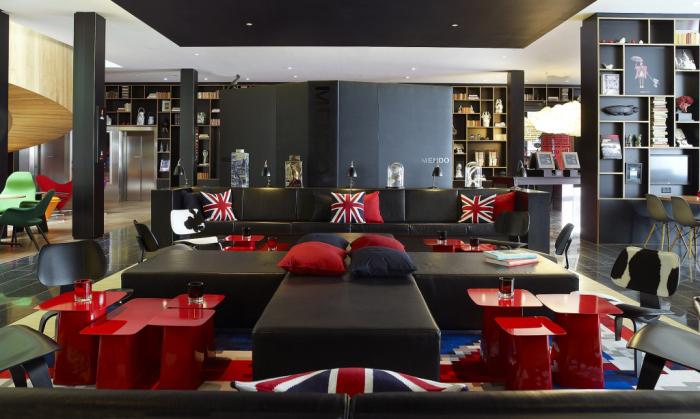 Лондонский стиль - яркий тематический мотив для оформления современной гостиной.