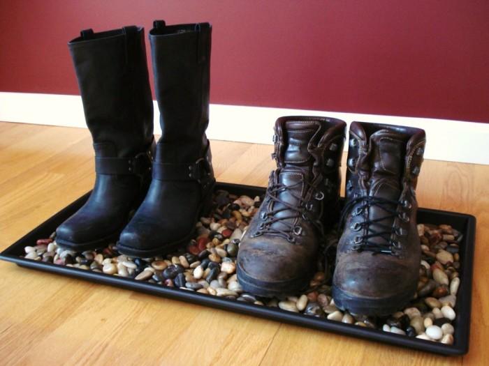 Интерьер небольшой прихожей можно разнообразить при помощи оригинального лотка для обуви.