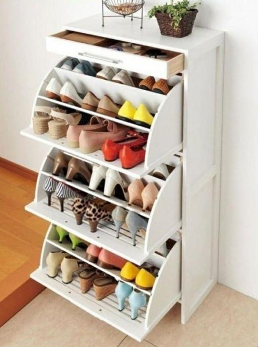 Новую обувь можно удобно расположить в небольшом шкафу с выдвижными полками.