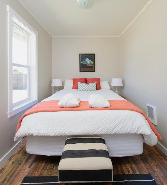 В небольшой спальной комнате кровать может стать центральным элементом в интерьере.