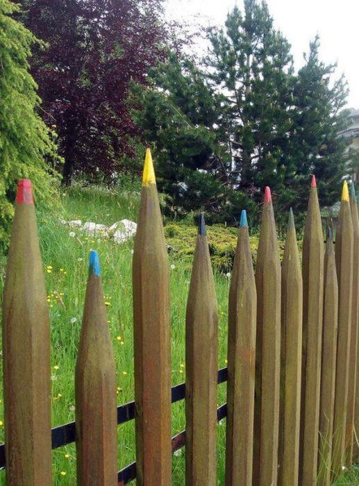 Ещё один, но уже более упрощённый вариант деревянного забора в виде наточенных карандашей.