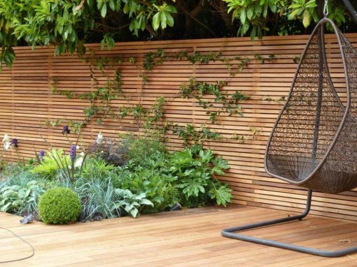 Забор из сборных деревянных панелей – это обязательный атрибут частного домовладения.