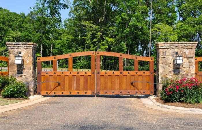 Отличная деревянная конструкция ультрасовременных электрических ворот.