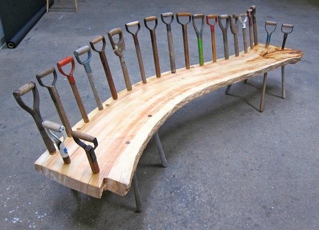 Скамейка из натурального массива древесины и старых черенков от лопат.