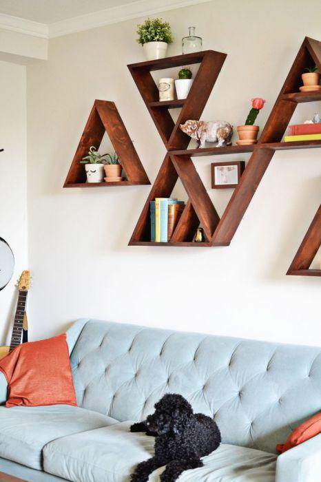 Настенные полки треугольной формы, которые легко можно заменить или переставить, позволят легко и быстро изменить интерьер гостиной комнаты.