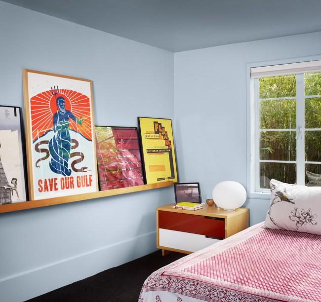 Правильно подобранная прямоугольная прикроватная тумбочка, которая имеет контрастный цвет по сравнению с интерьером спальном комнаты.