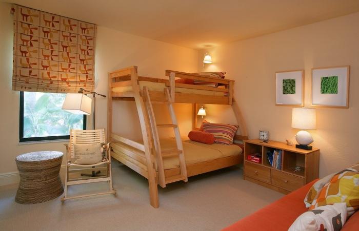 Классическая современная двухъярусная кровать с подсветкой создающая уютную и теплую атмосферу.