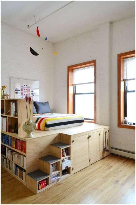 Кровать у окна в классическом стиле совмещенная с небольшим открытым стеллажом.