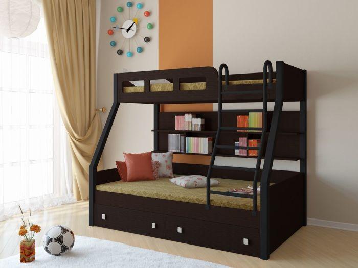 Оригинальная деревянная двухъярусная кровать на два спальных места разной величины, которая отлично смотрится в современном интерьере спальной комнаты.