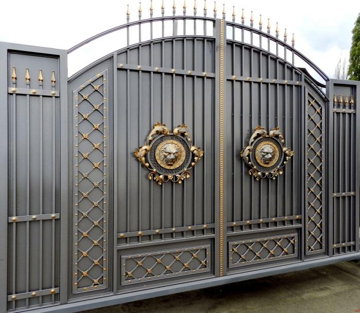Стильные металлические ворота с кованными элементами.