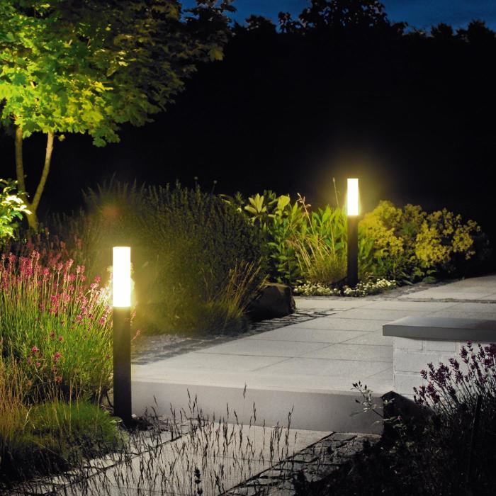 Уличные светодиодные светильники в ландшафтном дизайне садового участка.
