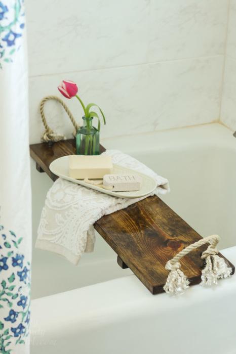 Деревянная полка – не только удобный функционал в любой ванной комнате, но и отличный декоративный элемент.