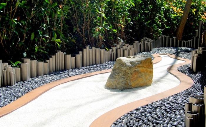 Сухой ручей, украшенный большим неотесанным камнем.