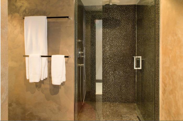 Строгий интерьер ванной комнаты в традиционном мужском стиле.