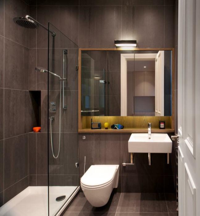 Небольшая ванная комната в традиционном мужском стиле.