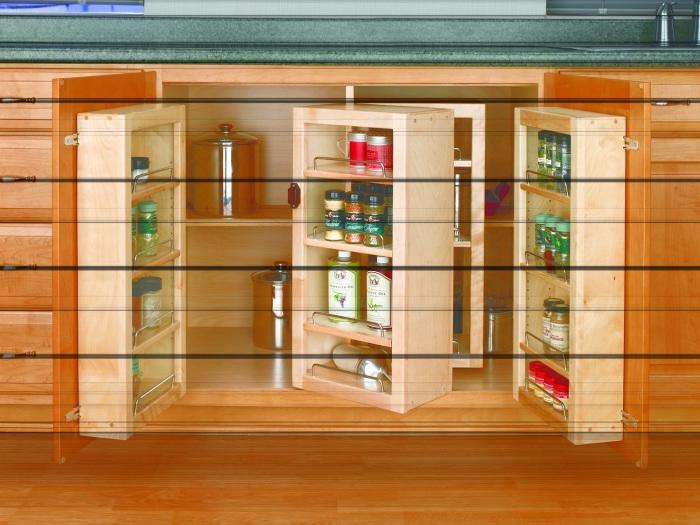 Небольшой кухонный шкаф с множеством дополнительных полок и полочек, в котором можно разместить множество полезных кухонных принадлежностей.