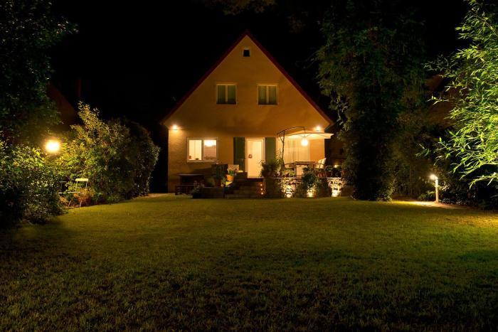 Правильно подобранное освещение - залог хорошего времяпрепровождения на дачном участке.