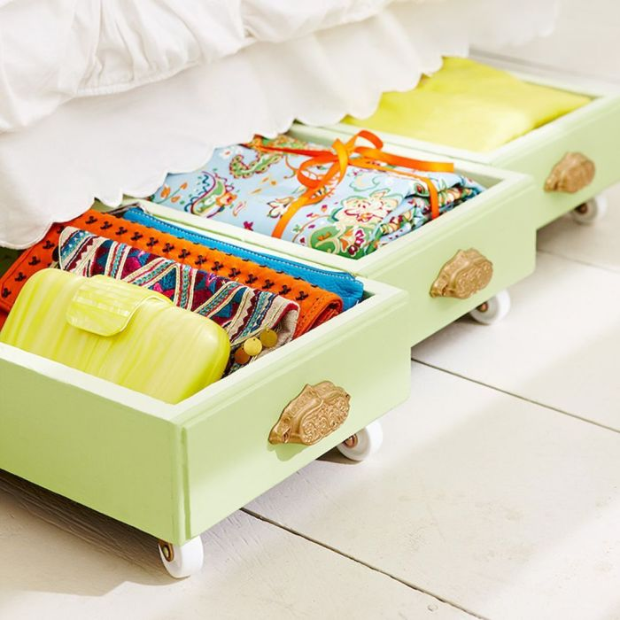 Даже в самой маленькой спальной комнате можно отыскать свободное пространство для хранения вещей.