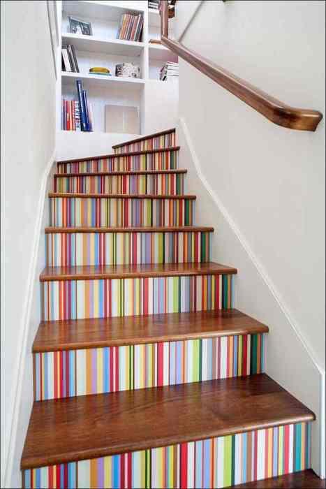 Яркий вариант дополнения интерьера при помощи лестницы цвета радуги.