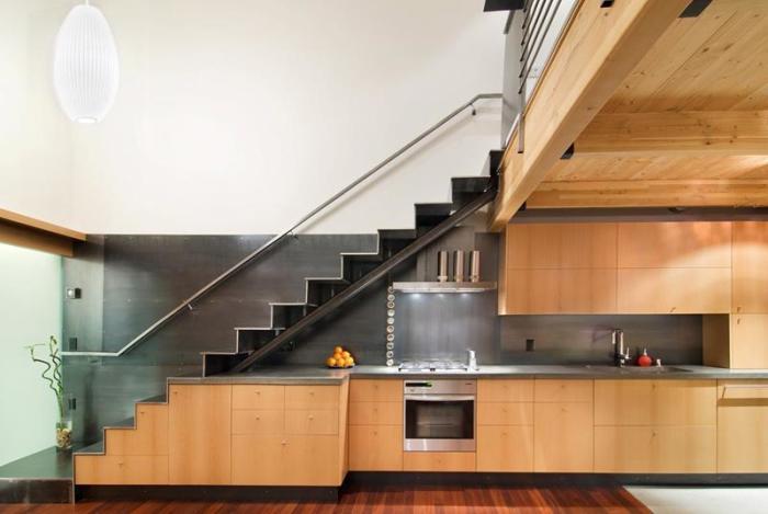 Оригинальный и нескучный вариант оформления кухни с множеством деревянных элементов, которые преобладают в её дизайне.