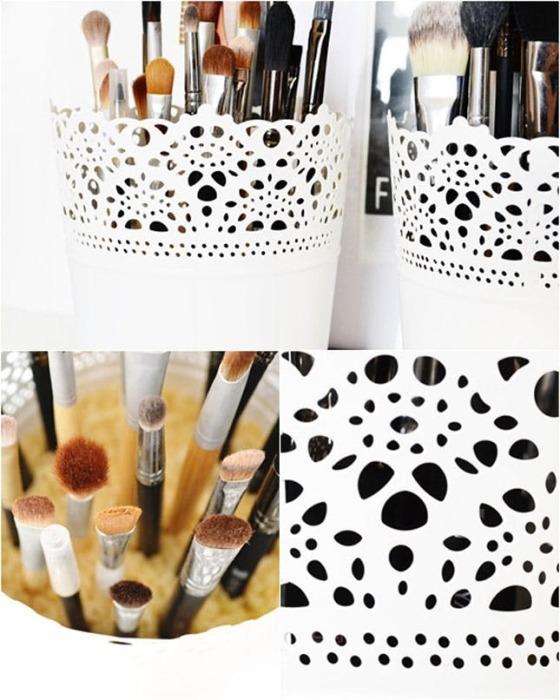 Чтобы было удобнее хранить и использовать кисточки для макияжа, достаточно насыпать в приготовленную ёмкость декоративные камушки.