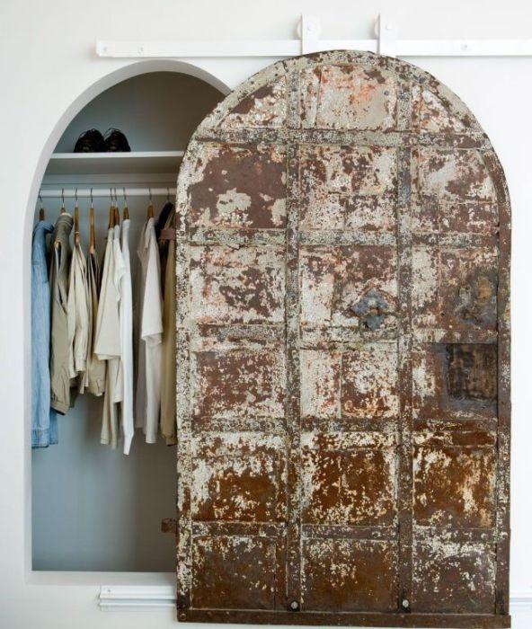 Металлические двери с раздвижным механизмом для настоящих любителей старины.