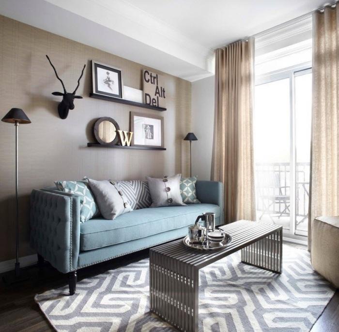 Небольшая гостиная комната, в которой все элементы выполнены в рамках современных тенденций.