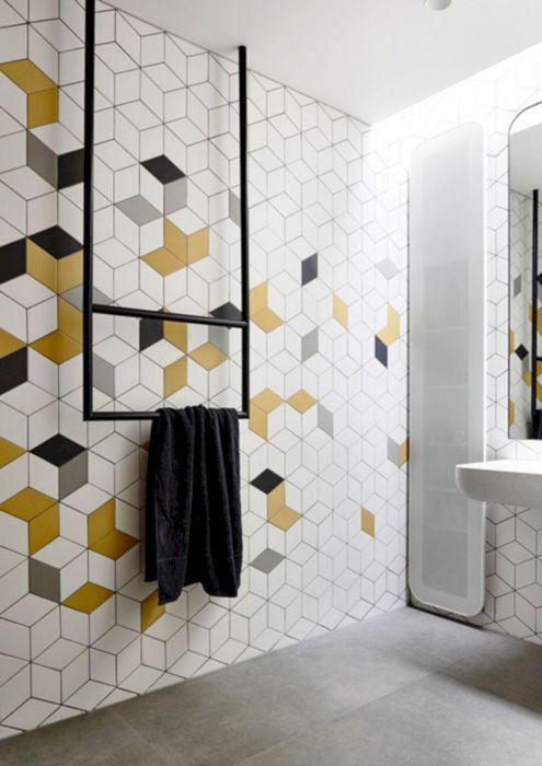 Просторная ванная комната в стиле минимализма с ярки настенными композициями необычной формы.
