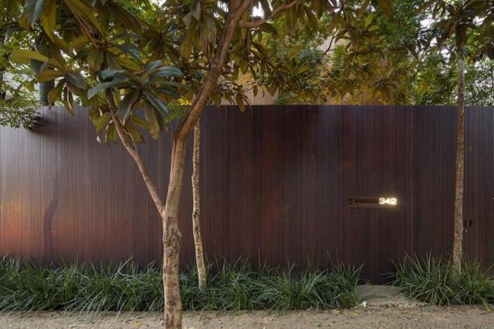 Стильный деревянный забор из дорогой породы древесины.