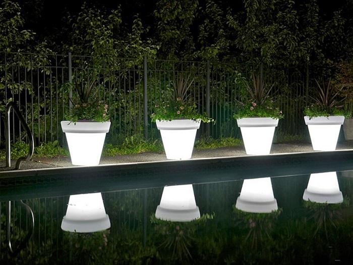 Еще один классический вариант кашпо с подсветкой стоящих вдоль бассейна.