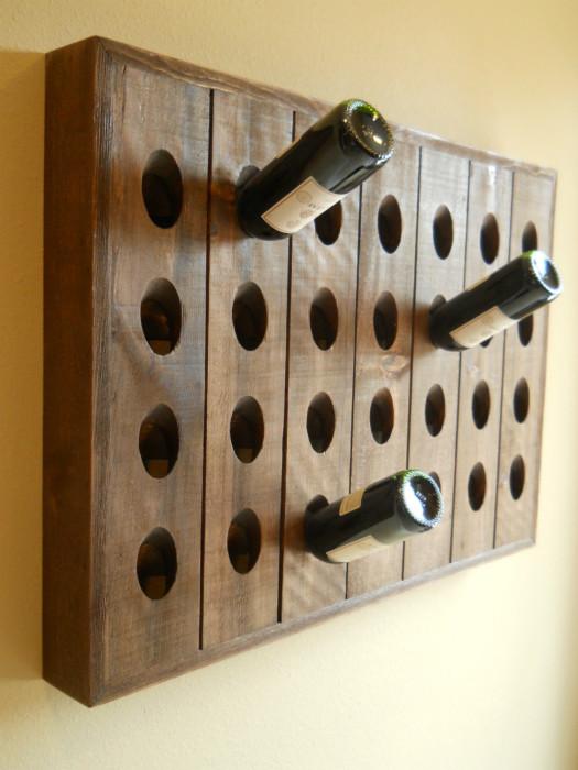 Небольшой деревянный стеллаж для хранения вин - знак аристократичности и престижа.