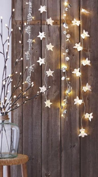 Стены, украшенные гирляндой со звездами, мигом превратят ваш дом в маленькую вселенную.