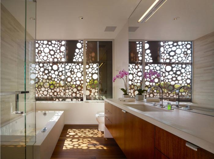 Профессионалы рекомендуют использовать натуральные материалы для создания современного и стильного дизайна ванной комнаты.