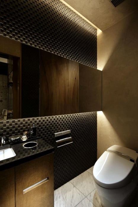Удивительная ванная комната с неоновой подсветкой, объединяющая в себе несколько современных стилистических направлений, демонстрирует, как можно использовать контуры, чтобы визуально увеличить пространство.