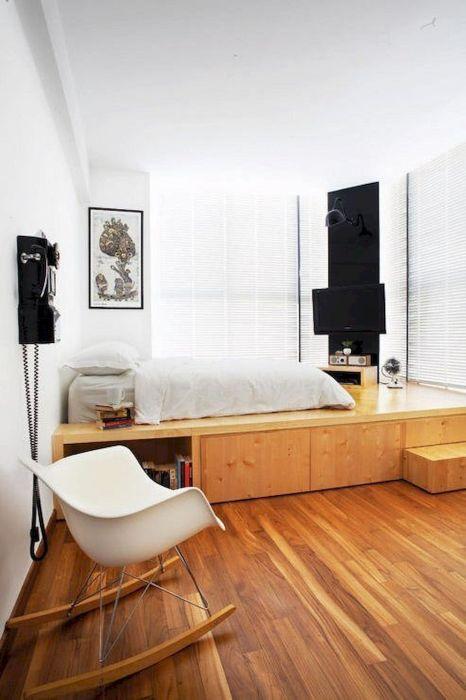 Креативная идея для тех, кто не может найти место в малогабаритной квартире для многочисленных вещей.
