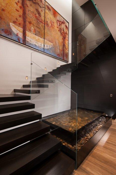 Красивая  лаконичная темная лестница, которая выглядит нейтрально и незаметно.